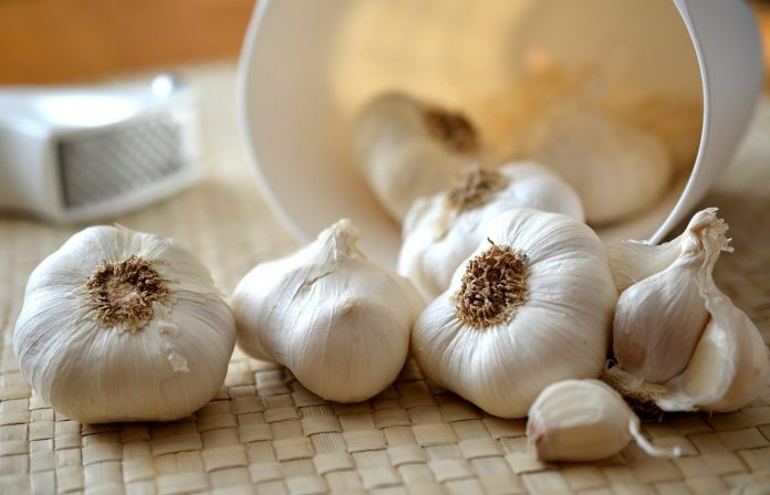 Lifehack: use a a jar to easily peel garlic
