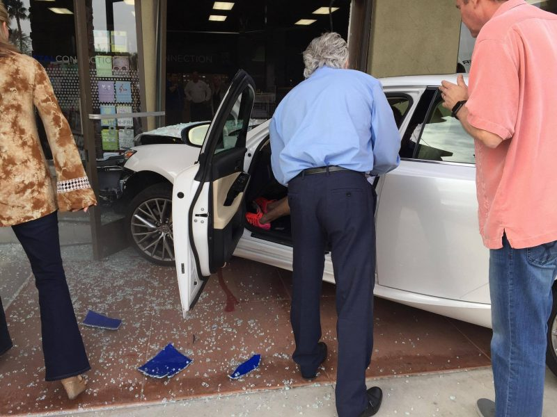 Car Crashes into postal store in Palm Desert